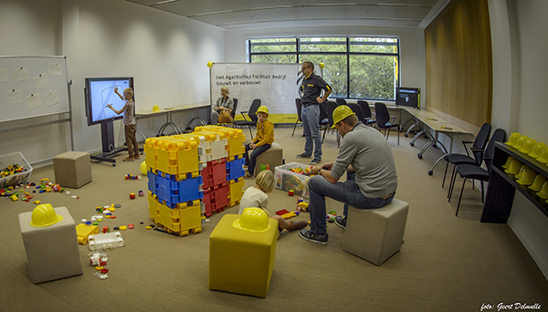Kinderen tekenen en bouwen hun kantoor van de toekomst