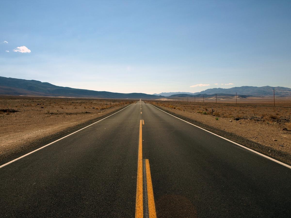 snelweg zonder auto's in open vlakte