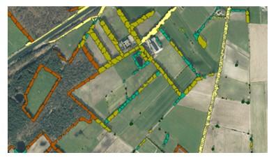schermbeeld van landschapselementen op luchtfoto