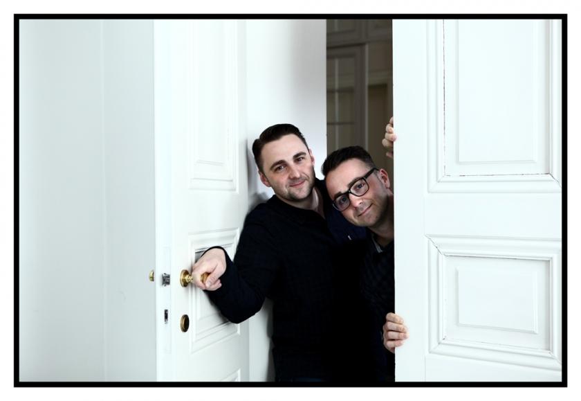 Riccardo en Fabrizio die in een deuropening staan