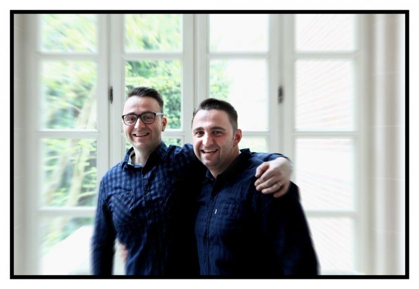 Riccardo en Fabrizio die elkaar omhelzen