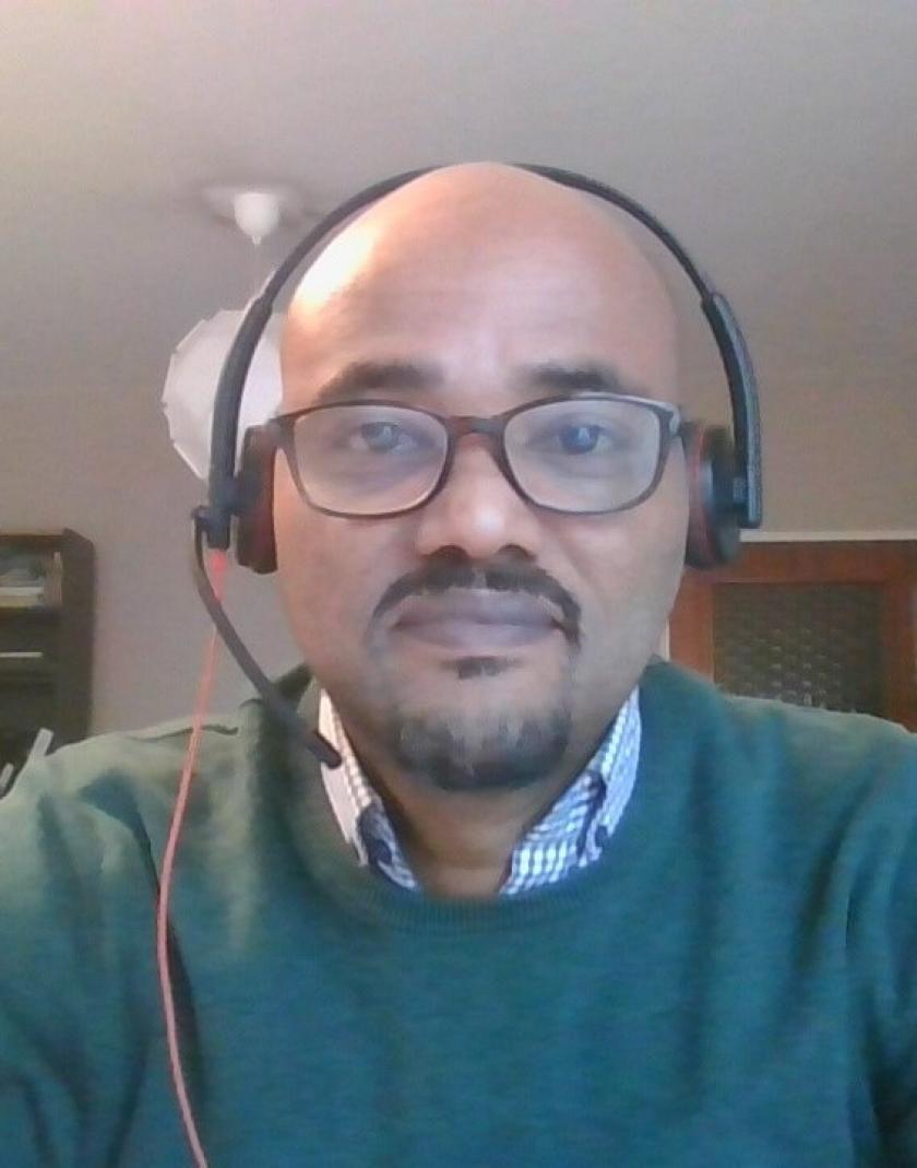 Foto van Henok met koptelefoon, genomen met laptopcamera tijdens het coronaproof interview