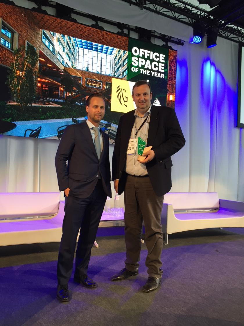 Frank Geets, administrateur-generaal ontvangt award van Maxime Kumpen, CEO CBRE BeLux