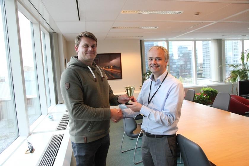 Johan kreeg de trofee uit handen van administrateur-generaal Tom Roelants.