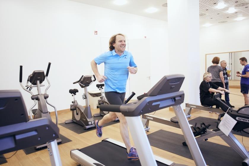 Karel in actie op een fitnesstoestel in het Herman Teirlinckgebouw