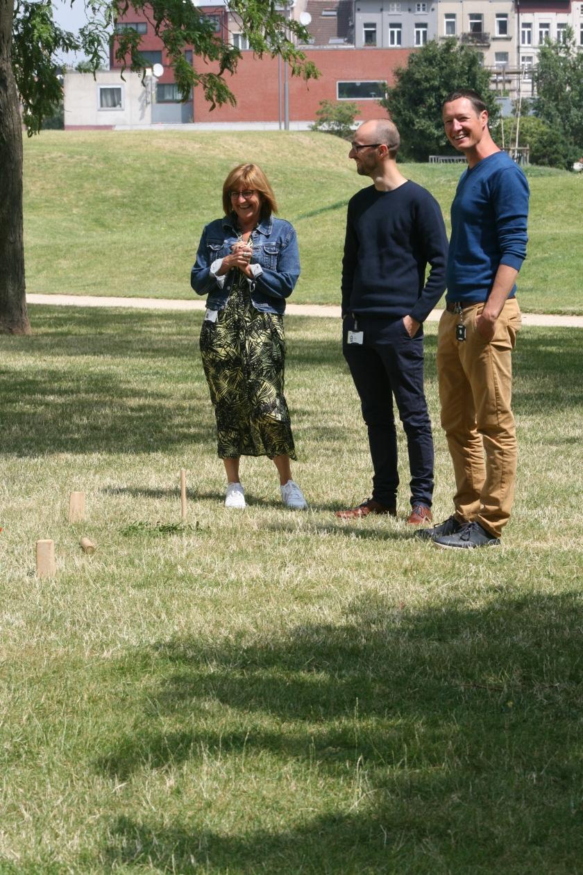 Kevin Boodts, Ronny Troch en Magy De Ghouy op het gras met viking kubb
