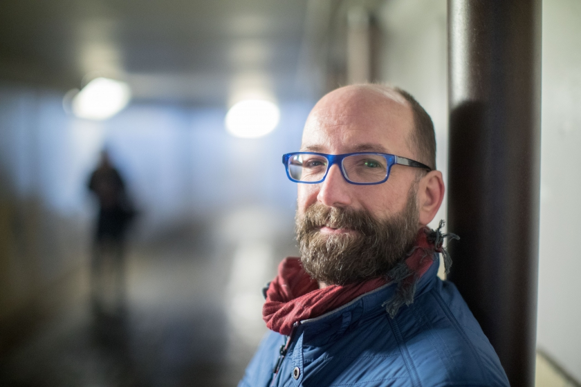 Wim Vandebeek, , justitie-assistent bij het Justitiehuis in Hasselt, wil na zijn hiv-diagnose het stigma wegnemen. (Foto: ID/Lieven Van Assche)
