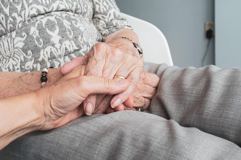 bejaarde handen vastgenomen door jonge handen