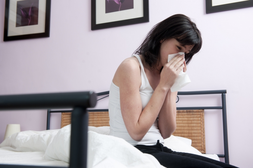 Een zieke vrouw snuit haar neus (Foto: Jonas Hamers / ImageGlobe)