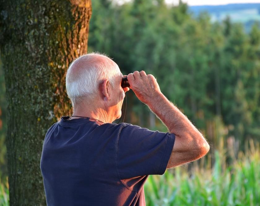 oudere man met verrekijker