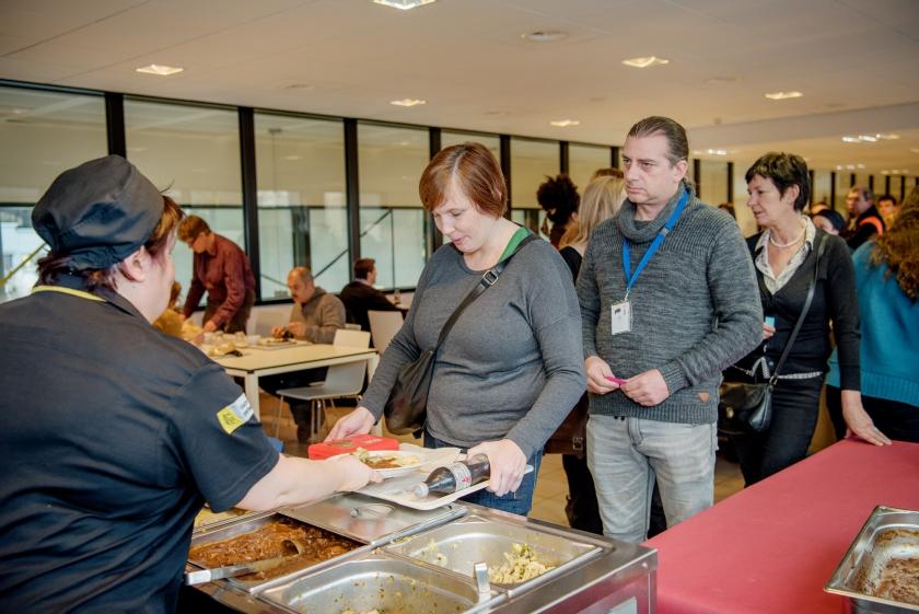 Collega tijdens Winterevent in restaurant van VAC Leuven
