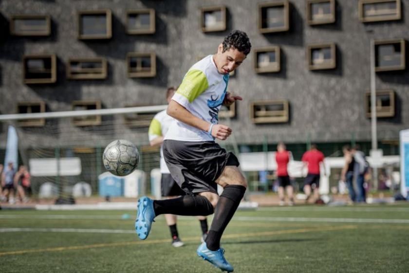 voetballer springt met bal