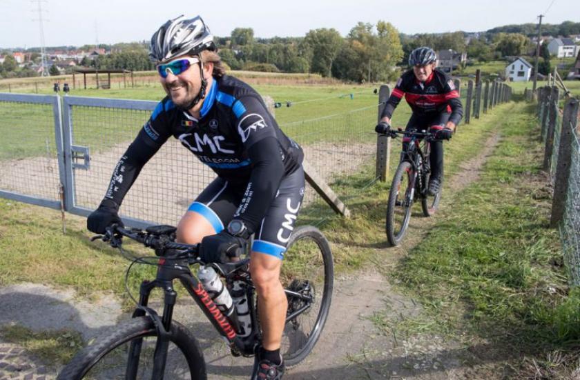 twee fietsers op smalle weg