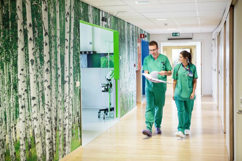 Artsen wandelen door de gangen van een ziekenhuis.