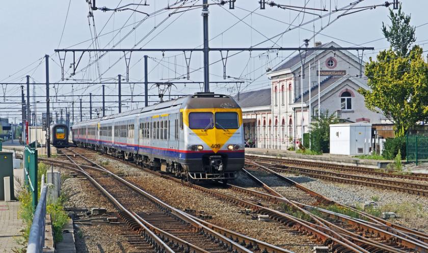 Trein rijdt station binnen.