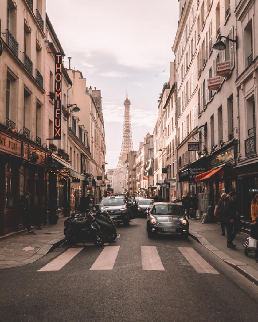 Een straat in de Parijse binnenstad met uitzicht op de Eiffeltoren.