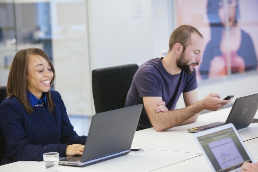 Collega's aan het werk op hun laptop (Foto: Joris Casaer)