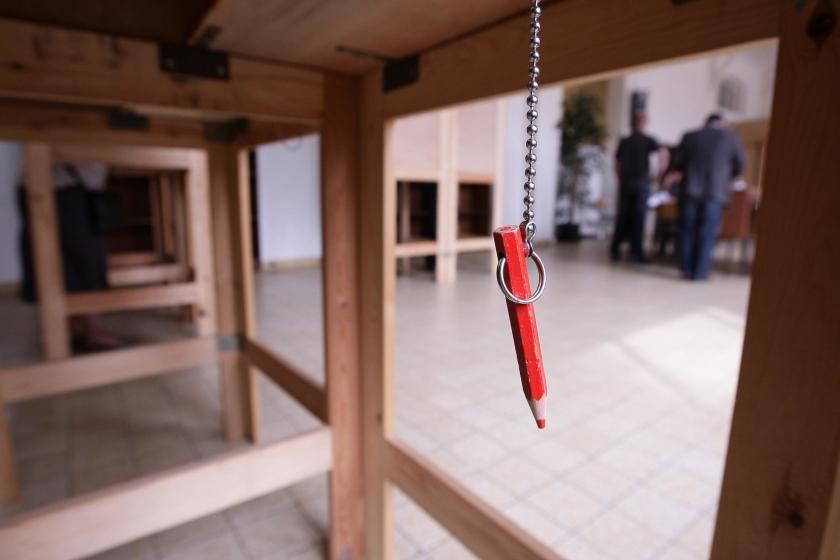 Rood potlood hangt naast de stemtafel
