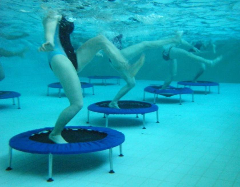 trampolines op de bodem van een zwembad