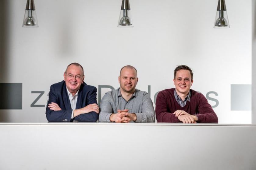 Jeroen Avau, Manu Vanhooydonck  en Pieter Huizinga aan bureau