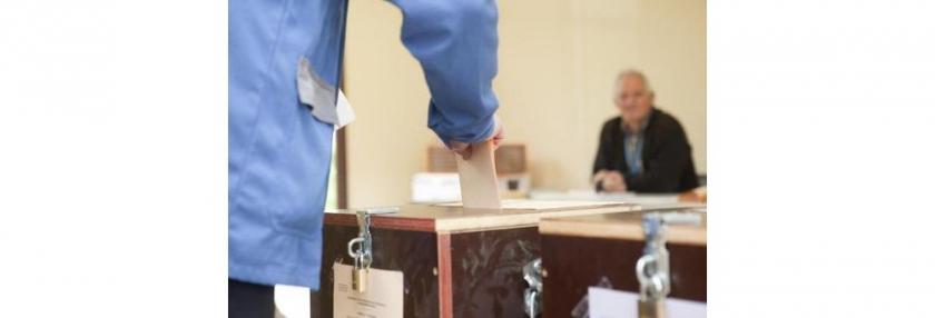 stembiljet wordt in stembus gestoken