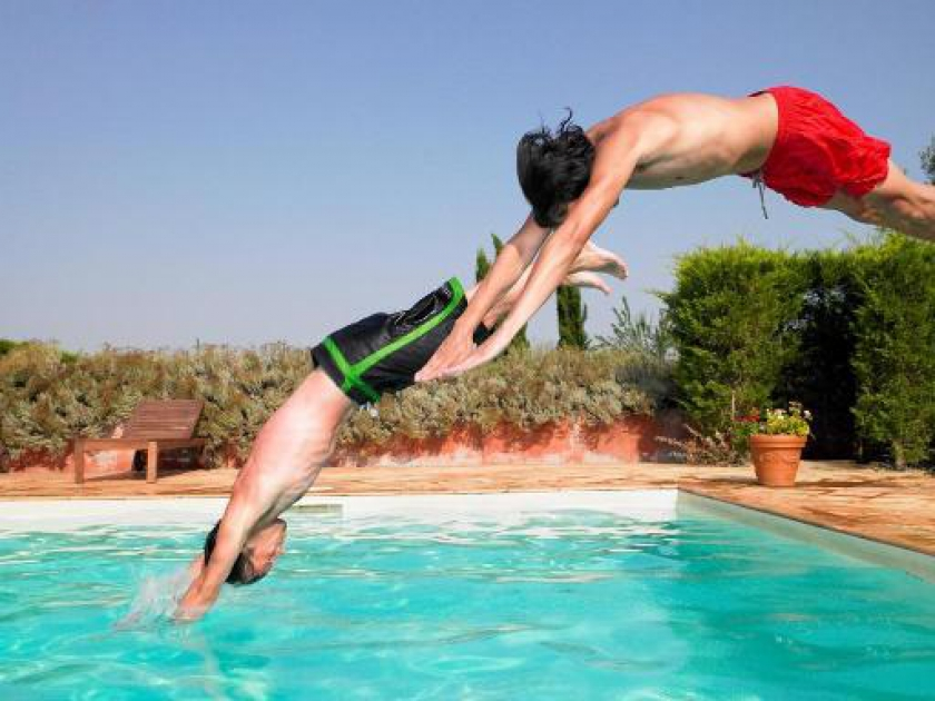 Jongeren duiken in zwembad