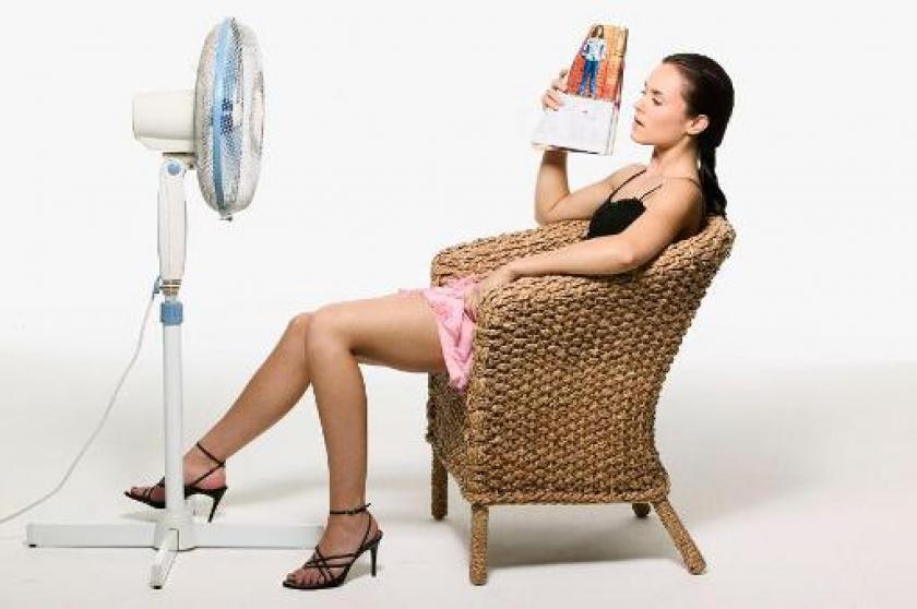 Vrouw naast ventilator
