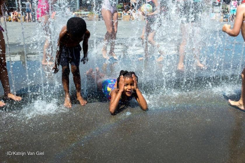 Spelende kinderen in fontein