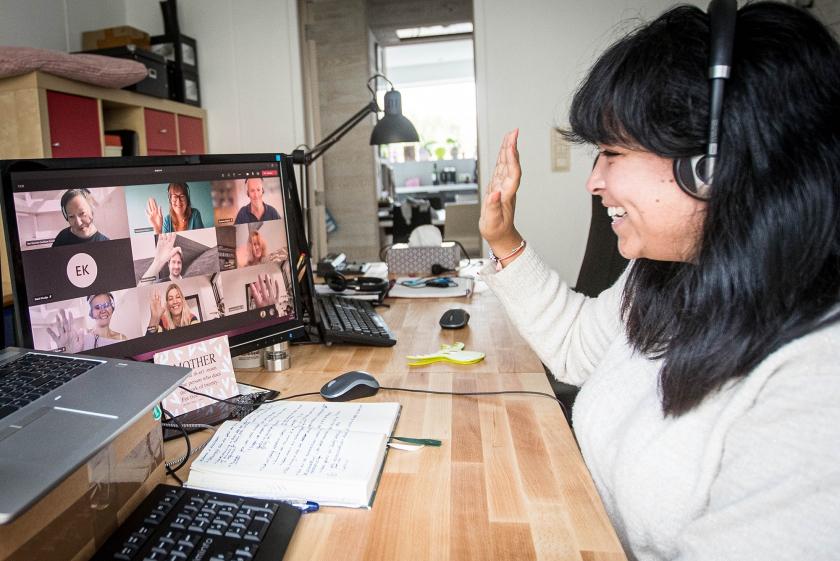 Sara Jane tijdens dagelijkse check-in met collegas