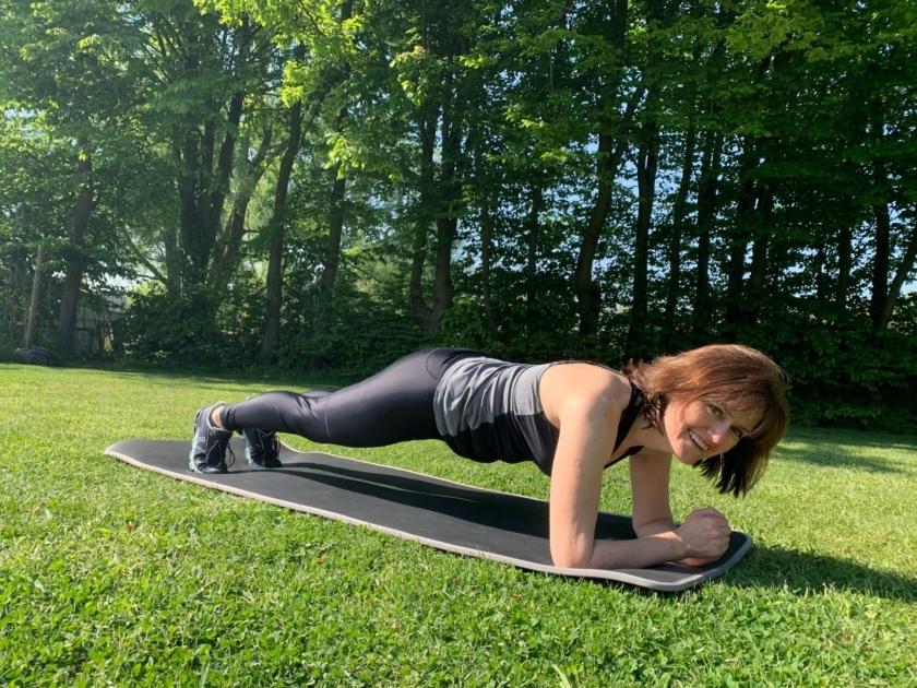 Anita van Kind en Gezin tijdens een fitnessvideo