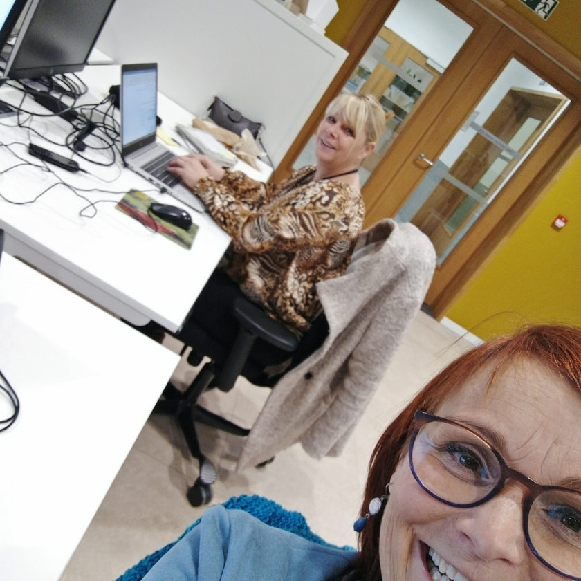 Melissa van Het Facilitair Bedrijf met een collega