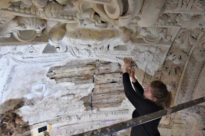 Restaurateur werkt aan plafond