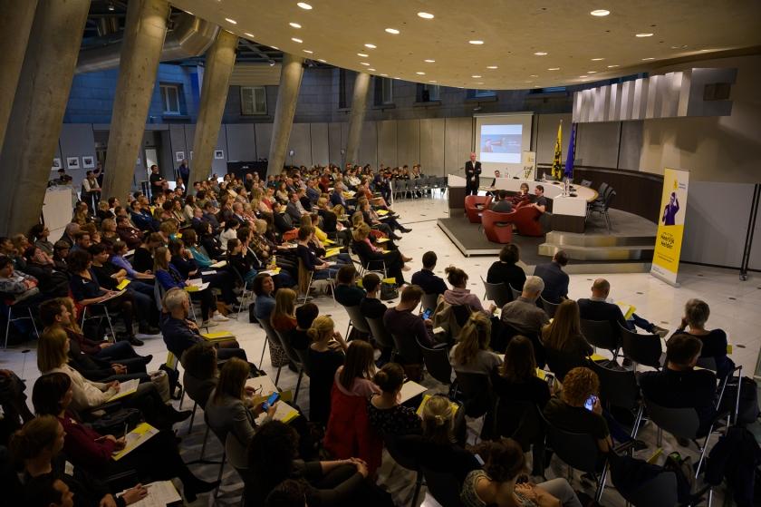 Plenaire sessie van de Heerlijk Helderdag in de Zuilenzaal van het Vlaams Parlement