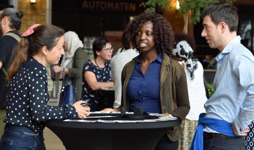 anderstaligen praten met Vlaamse ambtenaren tijdens conversatietafel in het Herman Teirlinckgebouw