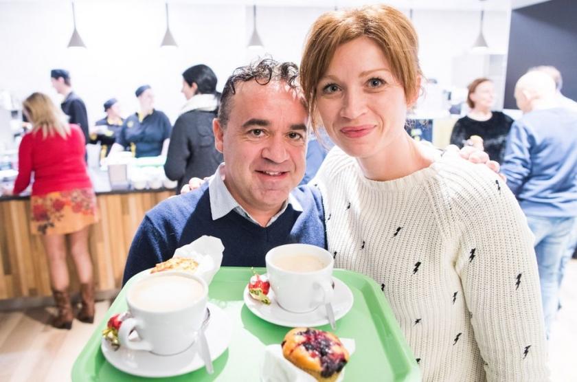 Man en vrouw met koffie op dienblad