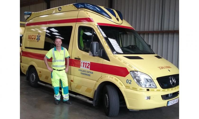 Luc Nevens staat naast een ambulance