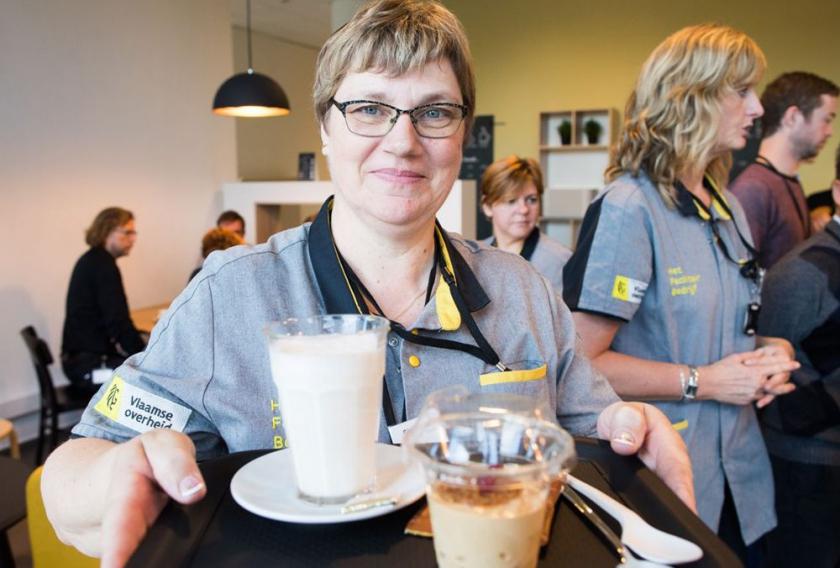 Vrouw met koffie op dienblad