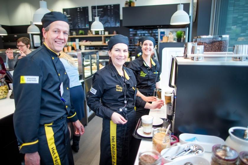 medewerkers in koffiebar