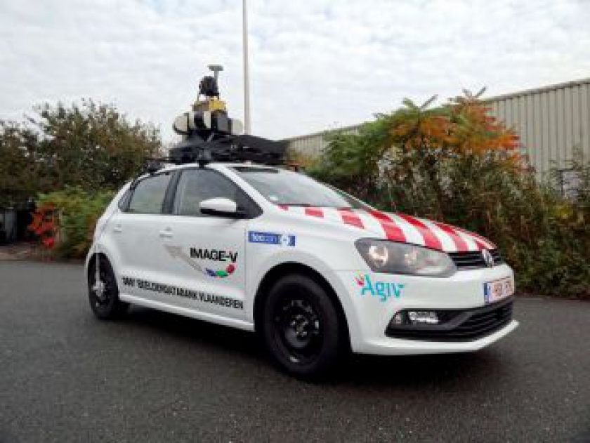 Wagen met 360°-camera op dak