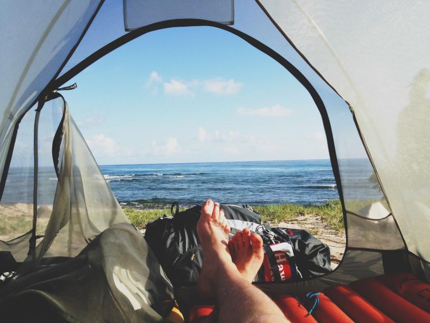 Een man ligt in een tentje (Foto: Unsplash)