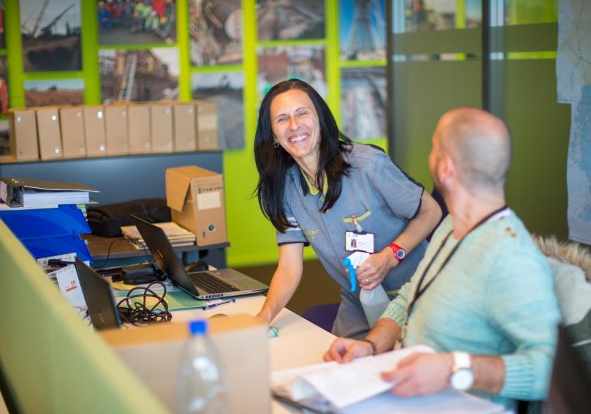 Schoonmaakster Nancy Van Canegem aan het werk in het VAC Gent (Foto: ID/Lieven Van Assche)