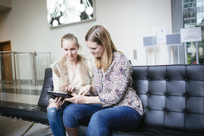 Collega's kijken op een tablet (Foto: Joris Casaer)