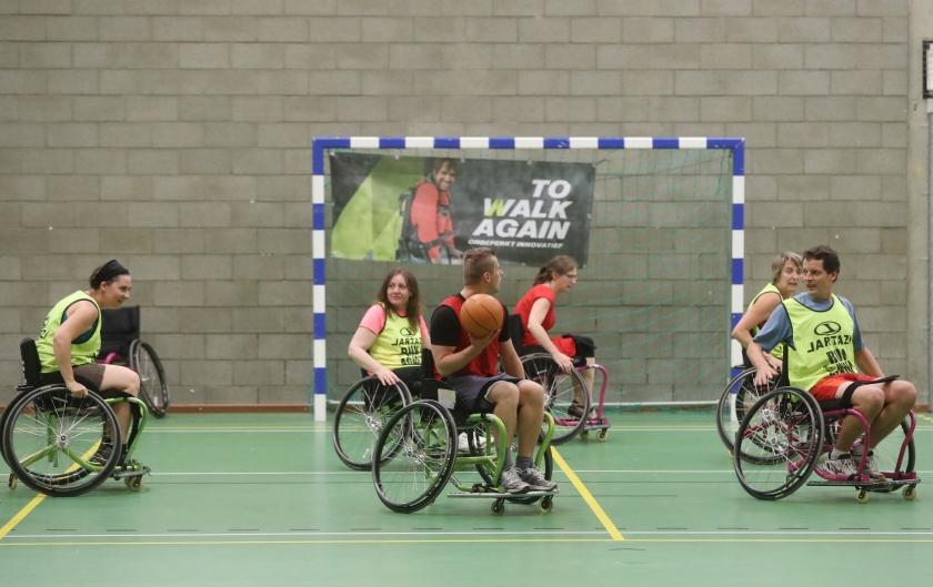 Enkele personen spelen rolstoelbasketbal