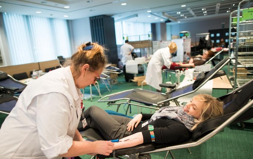 Een collega geeft bloed Foto: Lieven Van Assche)