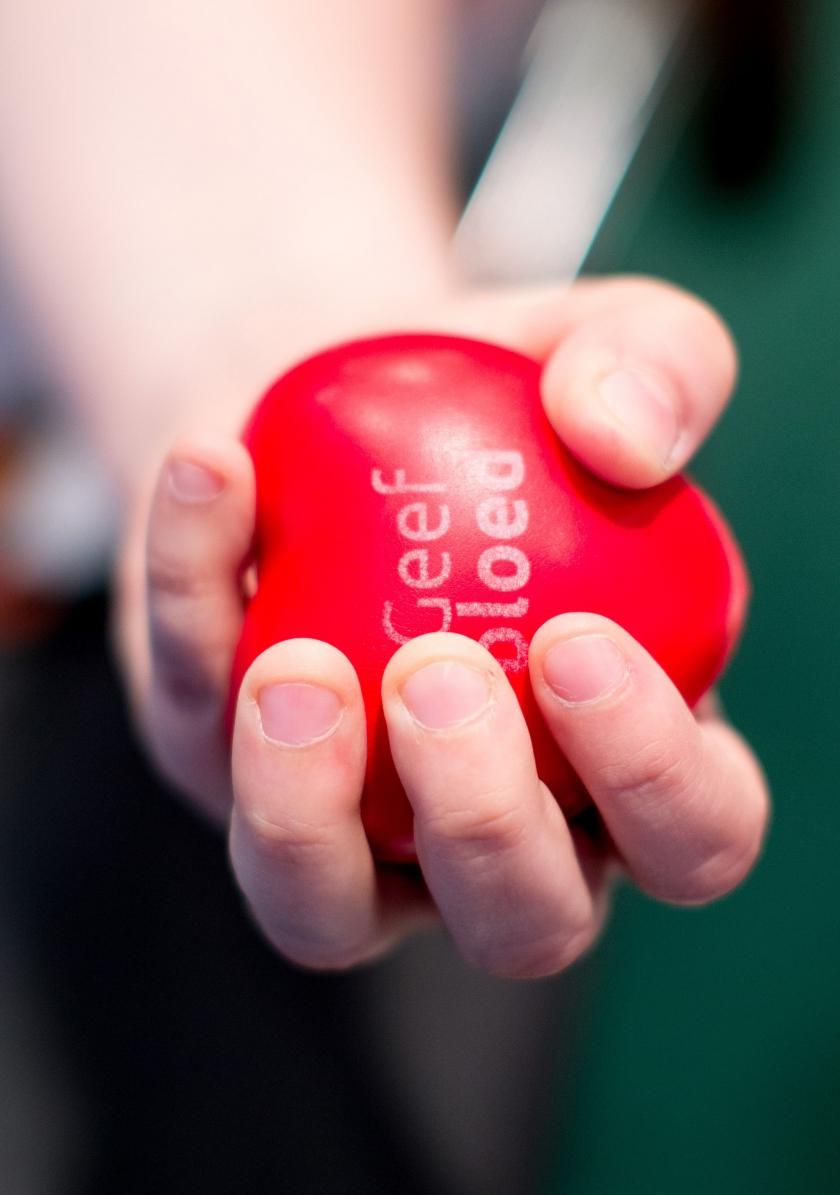 Knijpballetje met 'Geef bloed' op (Foto: Lieven Van Assche)