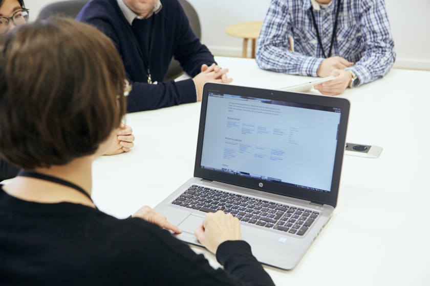 Enkele collega's met een tablet en laptop (Foto: Joris Casaer)