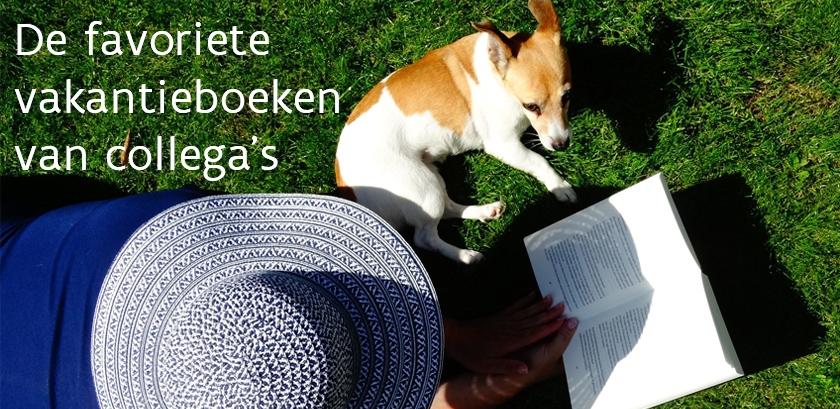 Lezende vrouw en hondje in gras