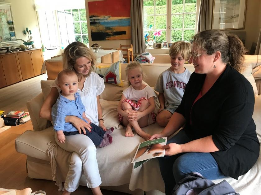Lactatiekundige Astrid op bezoek bij een gezin (Foto: Kind en Gezin)