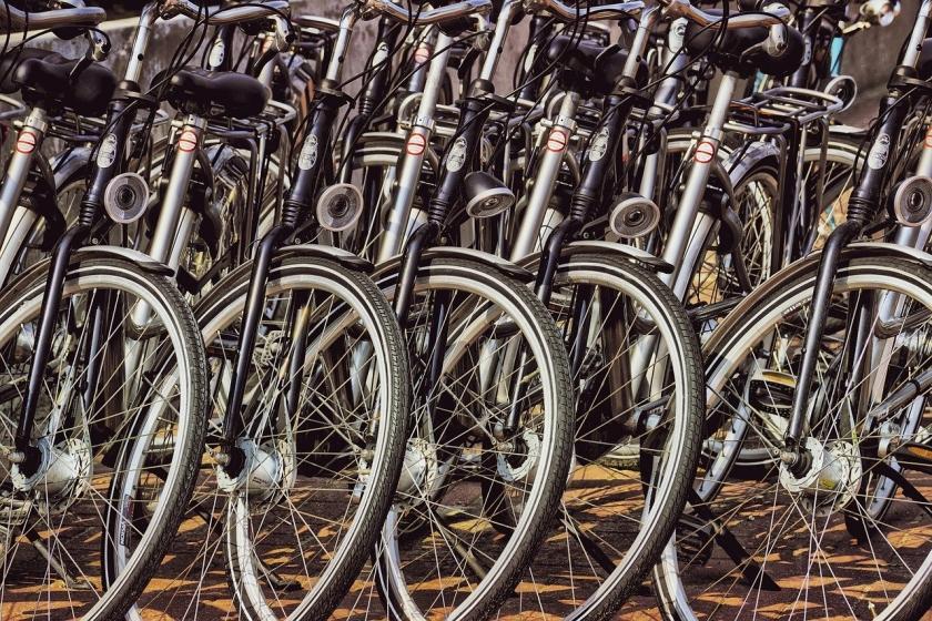 foto fietsen op rij voor verhuur