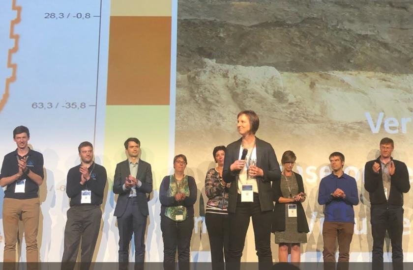 De collega's van DOV Vlaanderen mochten de publieksprijs ontvangen